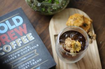 Đến Thảo Điền uống cà phê ủ lạnh với hoa