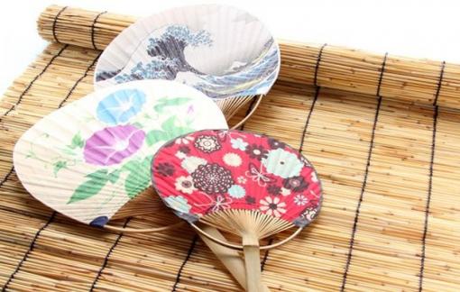 Nhật Bản tặng quạt để thực khách che miệng khi ăn, tránh lây truyền COVID-19
