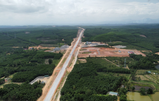 Cao tốc Cam Lộ - La Sơn: Nhiều đoạn vẫn đang khắc phục hậu quả mưa lũ 2020, khan hiếm vật liệu