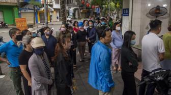 Tết Hàn thực, người dân Hà Nội xếp hàng dài chờ mua bánh trôi, bánh chay