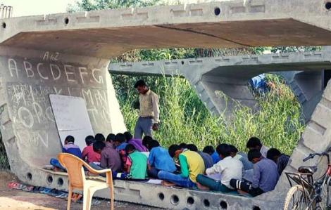 Thầy giáo mở lớp học dưới gầm cầu giữa đại dịch