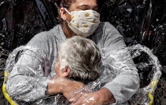 """""""Cái ôm đầu tiên giữa đại dịch"""" đoạt giải Ảnh Báo chí Thế giới 2021"""