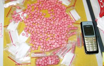 """Tài xế Grab bị """"boom hàng"""" hơn 1.000 viên ma túy"""