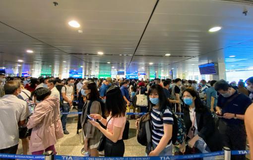 """""""Biển người"""" tại Sân bay Tân Sơn Nhất tiếp tục gây lo ngại"""