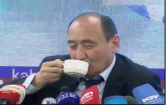 Bộ trưởng Y tế Kyrgyzstan nói bệnh nhân COVID-19 có thể chữa khỏi bằng... thảo dược