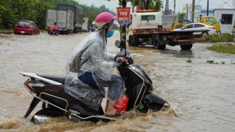 Hà Nội mưa lớn, nhiều nơi ngập sâu 1m