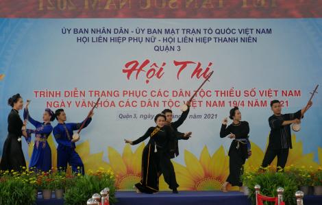 Trang phục các dân tộc Thái, Hoa, Mông, Mường, Tày, Nùng, Tà ôi, Ê đê... lên sân khấu