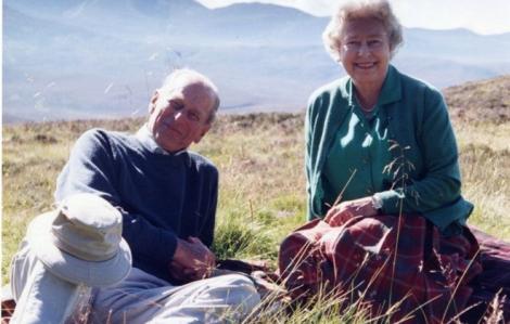 Nữ hoàng Anh chia sẻ bức ảnh yêu thích với Hoàng thân Philip trước tang lễ