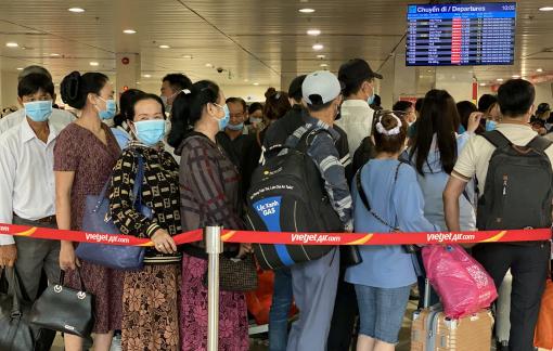 """Sân bay Tân Sơn Nhất """"gánh"""" thêm hàng chục ngàn người"""