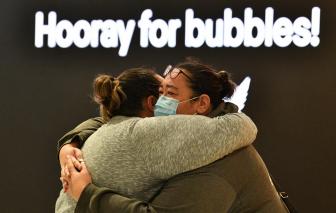 Những cái ôm chặt sau 400 ngày xa cách, khi New Zealand và Úc nối lại đường bay