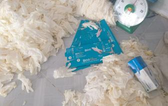 Lại phát hiện hàng ngàn găng tay cao su trôi nổi tại TPHCM