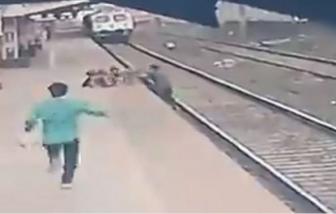 Thót tim cảnh nhân viên nhà ga cứu sống bé trai ngã xuống đường ray