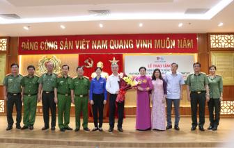 """Phó Chủ tịch UBND TP.HCM Ngô Minh Châu nhận Kỷ niệm chương """"Vì sự phát triển của Phụ nữ Việt Nam"""""""
