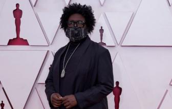 Thảm đỏ Oscar 2021: Mọi sự chú ý dồn vào một... đôi dép