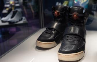 Giày thể thao của Kanye West được bán với giá kỷ lục 1,8 triệu USD