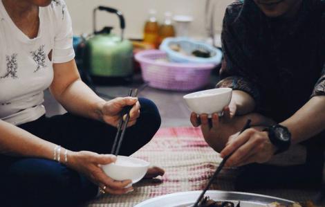 Về ăn cơm cùng ba mẹ