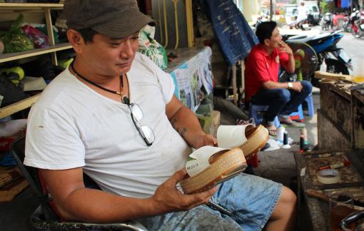 20 năm sửa giày dép miễn phí cho người nghèo