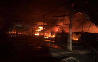 Công ty sản xuất xốp bao bì rộng 10.000m2 ở Bình Dương đang chìm trong biển lửa