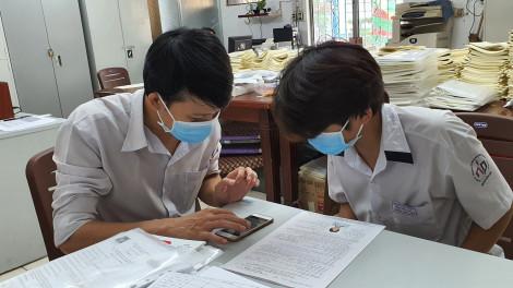 """Học sinh, phụ huynh khóc ròng chạy đua với """"deadline"""" thi học kỳ trước 9/5"""