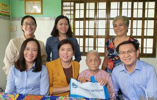 Hội LHPN TPHCM thăm Mẹ Việt Nam anh hùng tại Cần Giờ