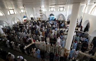Nhà thờ Hồi giáo Pakistan chật kín người bất chấp dịch COVID-19 bùng phát