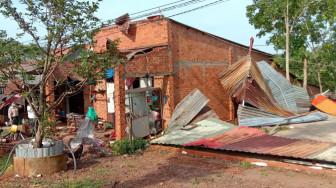 Gió lốc cuốn sập hơn 30 căn nhà ở Bình Phước