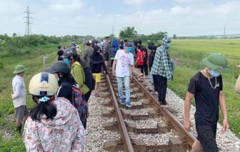 Tàu hỏa dừng khẩn cấp vì 2 mẹ con nằm trên đường ray