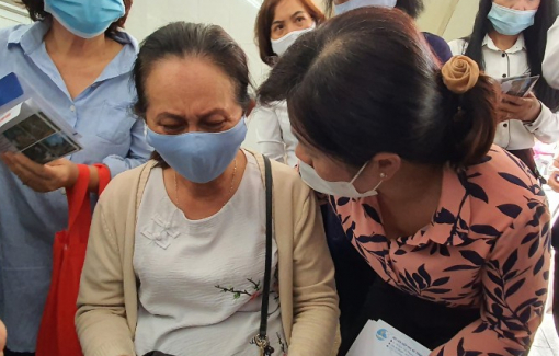 Lãnh đạo Hội LHPN, Báo Phụ Nữ TPHCM cùng các đoàn thể chia sẻ mất mát với gia đình nạn nhân vụ hỏa hoạn