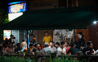TPHCM: Bất chấp dịch bệnh, hàng quán vỉa hè vẫn đông nghẹt khách dịp cuối tuần