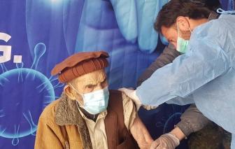 Cụ ông 103 tuổi khuyến khích mọi người tiêm ngừa COVID-19