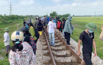 Vụ mẹ ôm con nằm trên đường tàu: Người mẹ có dấu hiệu trầm cảm