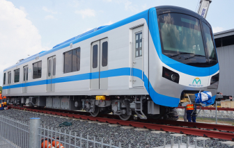 """2 đoàn tàu tiếp theo của tuyến metro số 1 đã """"đặt chân"""" lên đường ray"""