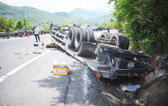 Bình Định: Lật xe tải trên đèo Cù Mông, 2 người tử vong