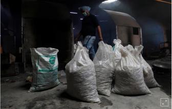Ấn Độ: Sau hoả táng ngày đêm là tro cốt không người nhận