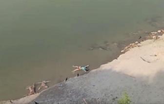 Thi thể trôi dạt vào bờ sông Hằng khi số người chết vì COVID-19 ở Ấn Độ liên tục đạt kỷ lục