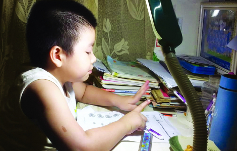 Trẻ ở nhà một mình giữa mùa dịch