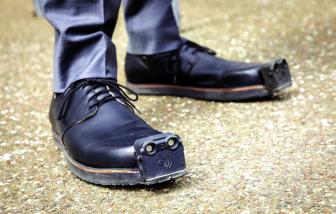 Giày giúp người khiếm thị tránh xa chướng ngại vật