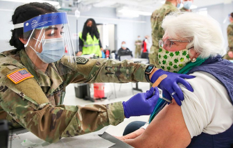 Mỹ dùng quà tặng kèm để kích thích người dân tiêm chủng