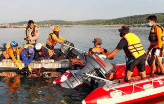 Ít nhất 7 người chết trong tai nạn lật thuyền vì 20 người dồn về một bên để chụp ảnh