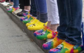 Tín đồ thời trang điên cuồng mua lại 'những đôi dép xấu xí' đã qua sử dụng