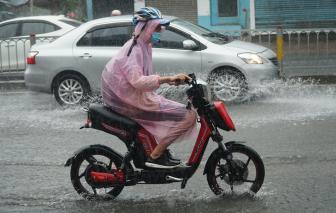 TPHCM mưa như trút nước, người dân khó khăn đi học, đi làm