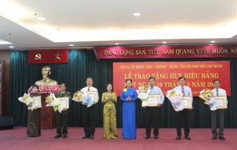 Đảng ủy Khối Dân - Chính - Đảng TPHCM trao huy hiệu Đảng