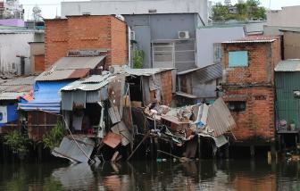 TPHCM: Sập nhà ven kênh, nhiều nhà liền kề chực chờ đổ theo