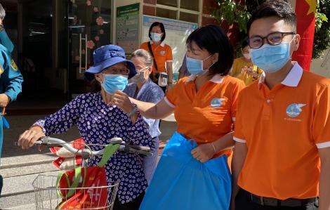 Trao 200 phần quà cho phụ nữ khó khăn do dịch bệnh