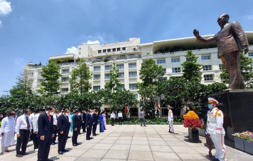 Chủ tịch nước cùng lãnh đạo TPHCM dâng hoa mừng sinh nhật Bác