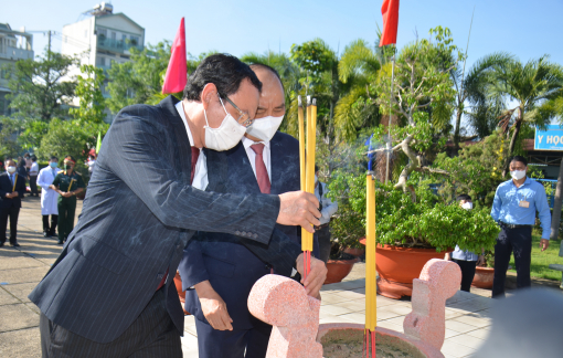 Chủ tịch nước và lãnh đạo TPHCM dâng hương tưởng nhớ các anh hùng liệt sĩ