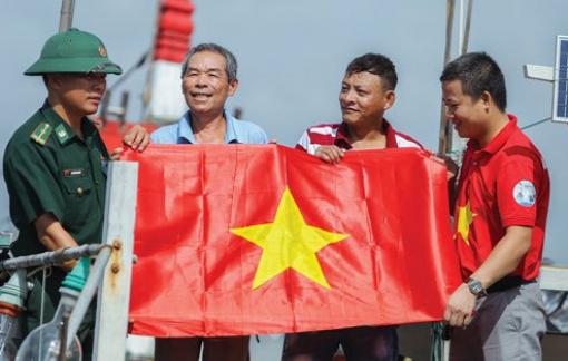 """Chương trình """"Một triệu lá cờ Tổ quốc cùng ngư dân bám biển"""": 80 lần trao tặng cờ cho ngư dân toàn quốc"""