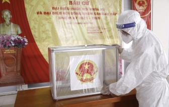 Bệnh viện K trang bị đồ bảo hộ cho người đang cách ly đi bầu cử