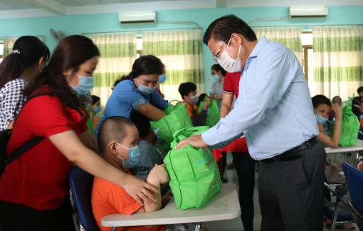 26 giáo viên, nhân viên Trường Chuyên biệt Bình Tân được hỗ trợ 12 triệu đồng/người