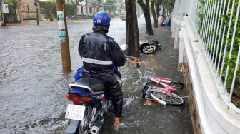 Người dân Thành phố Thủ Đức bỏ xe, chạy ngập